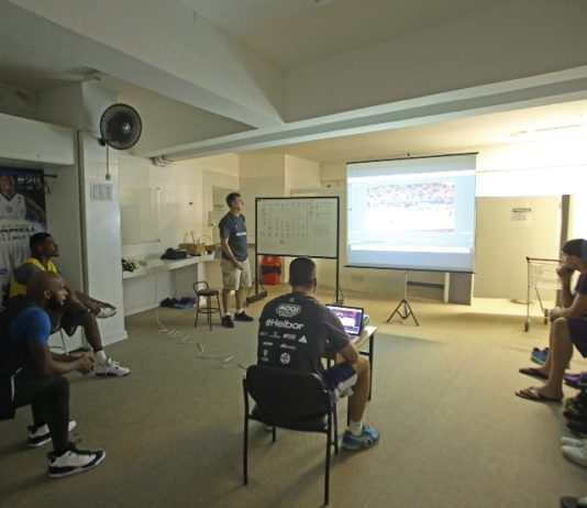 Guerrinha orienta os atletas / Foto: Antonio Penedo/Mogi-Helbo