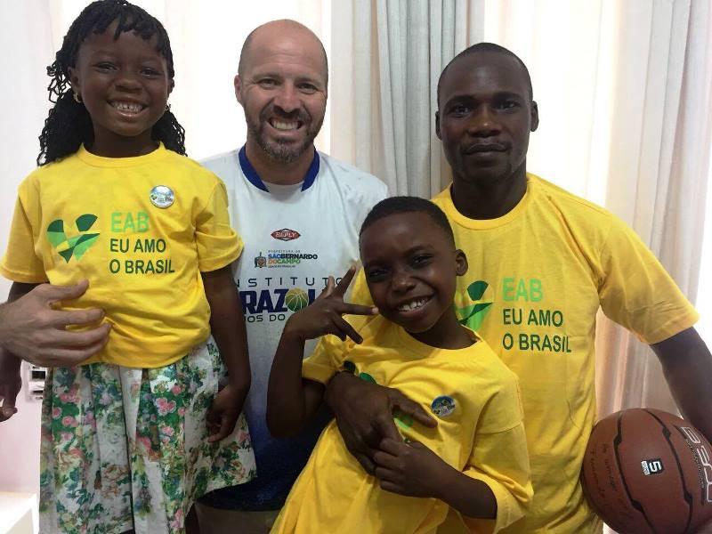 Brazolin com a família de refugiados angolanos / Foto: Divulgação/Instituto Brazolin
