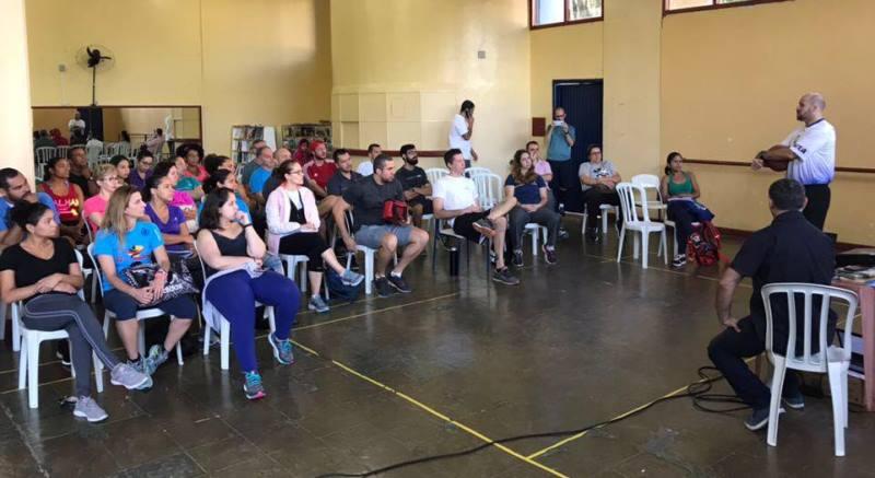 Brazolin discorrendo sobre o 'Anjos do Esporte' aos professores de São Bernardo do Campo / Foto: Divulgação