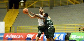 Matulionis (com a bola) disputa lance com Anthony em treino no Pedrocão / Foto: Victor Lira/Bauru Basket