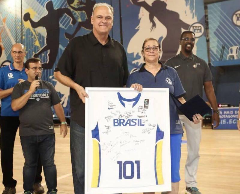 Thelma recebendo a homenagem de Oscar Schmidt / Foto: Divulgação/CBB