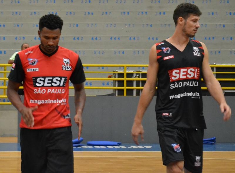 Leandrinho treinando ao lado do companheiro Rafael Mineiro / Foto: Júlia Abrão-Divulgação