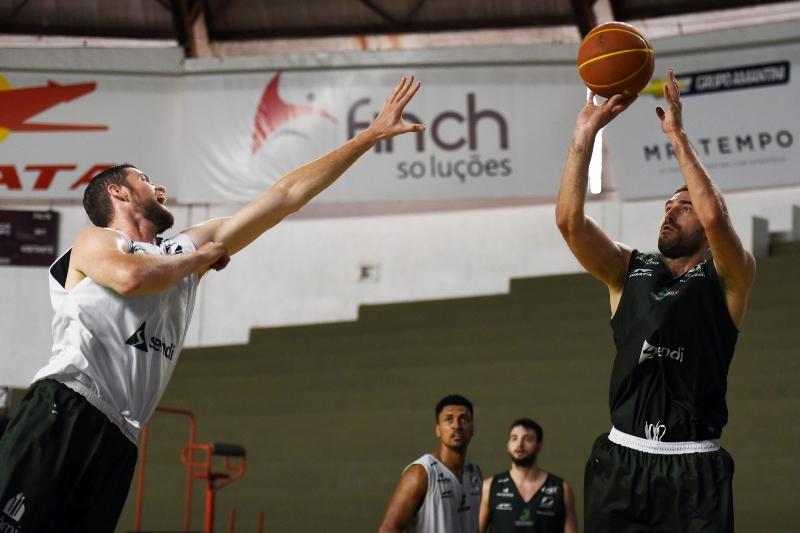 Matulionis arremessa em treino no Panela, onde fará seu primeiro jogo / Foto: Victor Lira-Bauru Basket