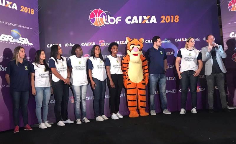 A cubana (terceira da esquerda para direita) esteve presente como atleta de Santo André na apresentação oficial da LBF CAIXA, em São Paulo / Foto: Divulgação