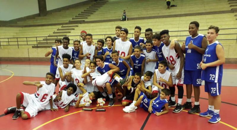 Congraçamento entre os campeões e vice / Foto: Divulgação/FPB