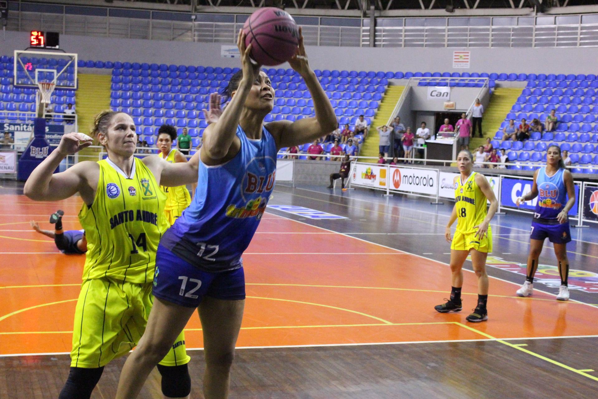 Bibiano briga por espaço em mais uma partida acirrada na temporada / Foto: Vitor Bett/Blumenau)