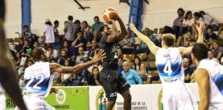 Kendall Anthony tenta passar pela defesa argentina / Foto: Victor Lira/Bauru Basket
