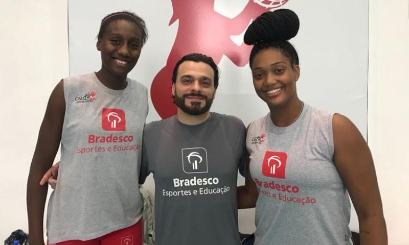 O treinador Cristiano Cedra, da ADC Bradesco, com suas pupilas Lorena e Isadora / Foto: CBB
