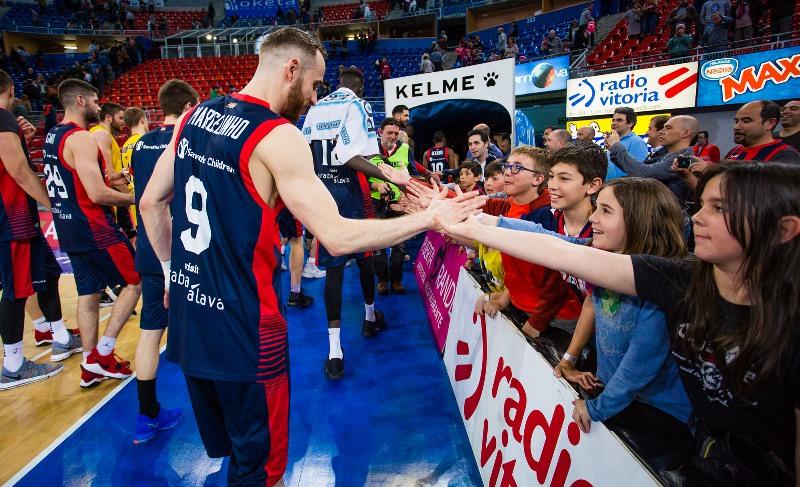 Huertas recebe os cumprimentos da garotada, depois de mais uma atuação destacada / Foto: Divulgação/Baskonia