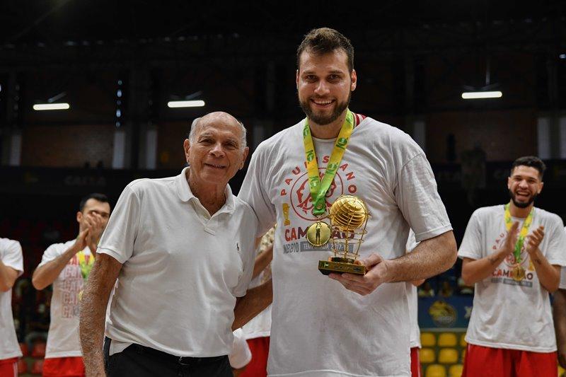 Hubner recebeu o troféu de MVP das mãos do lendário Amaury Pasos / Foto: Fotojump/LNB