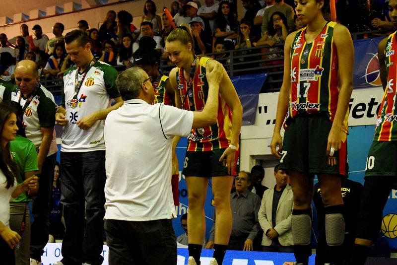 Marcelo Sousa, diretor executivo da CBB, entregou as medalhas ao Sampaio / Foto: Pedro Teixeira/LBF
