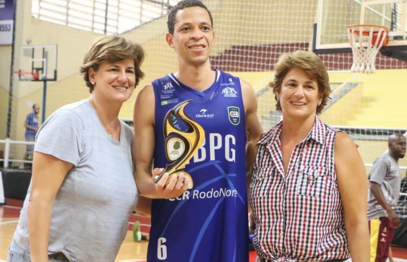 As irmãs Vânia Teixeira e Vanira premiaram o destaque do jogo em Sorocaba / Foto: Marina Gouvêa/LSB