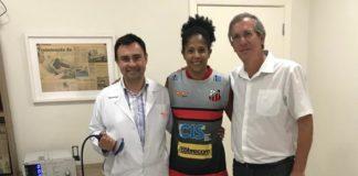 Patrícia Ferreira com os médicos do INA, Fabiano Cunha (direita) e Paulo Kertzman (esquerda) / Foto: Divulgação