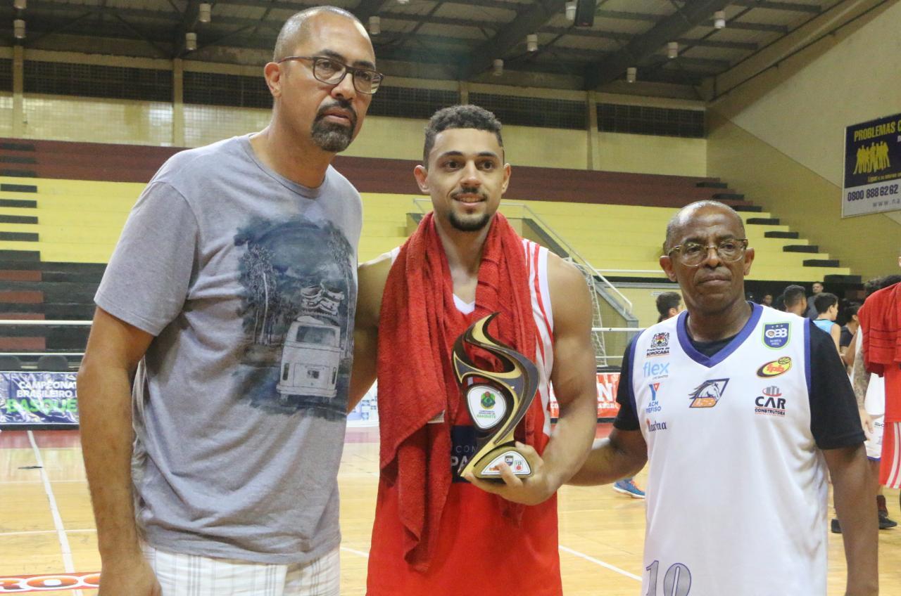 O armador Murilo Silva recebeu o troféu entregue pelo ex-pivô Telmo Oliveira / Foto: Marina Gouvêa/LSB