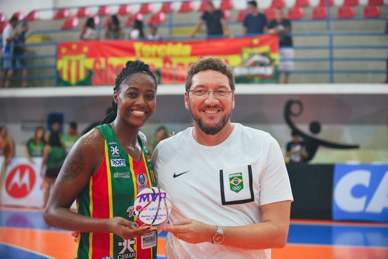 Maria Carolina recebe o troféu de destaque da partida do vice-presidente da Confederação Brasileira, Manoel Castro / Foto: Matheus Marques/Divulgação