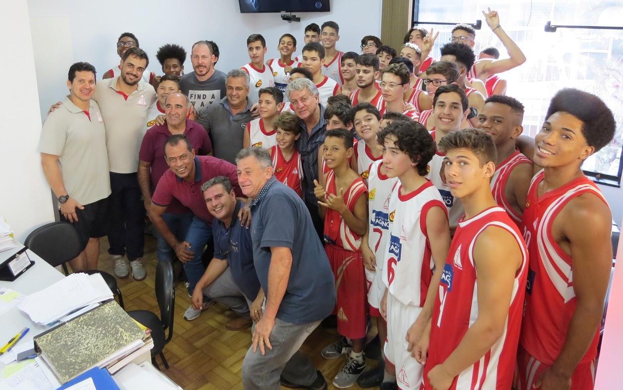 Várias gerações do Cravinhos Basketball participaram da homenagem / Foto: Kennedy Oliveira/PMC