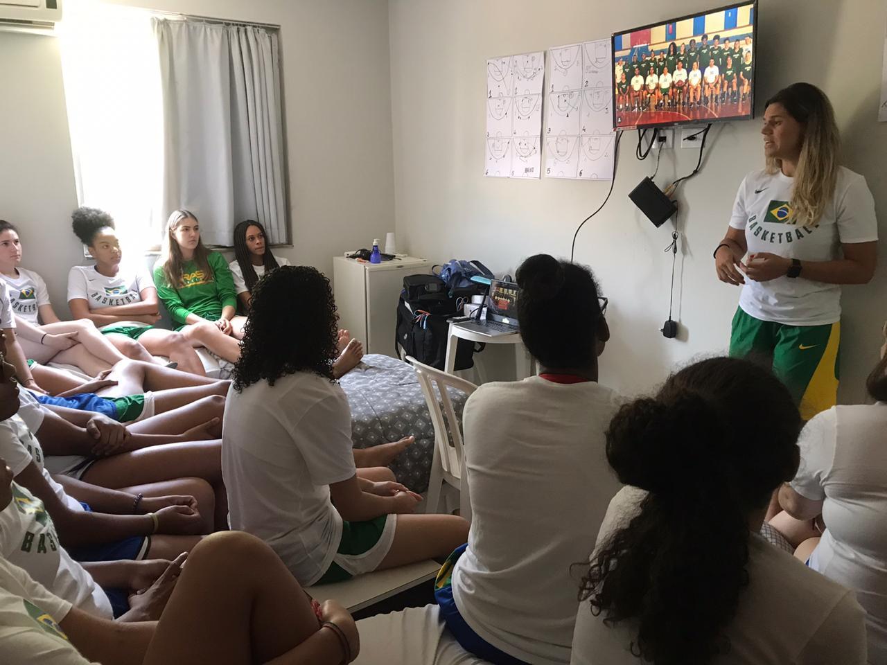 A médica Cristina Casag proferiu palestra de orientação ao grupo / Foto: Drykka Ross/CBB