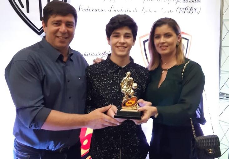 Familiares representaram Matheus Leoni na festa de entrega do troféu / Foto: Divulgação