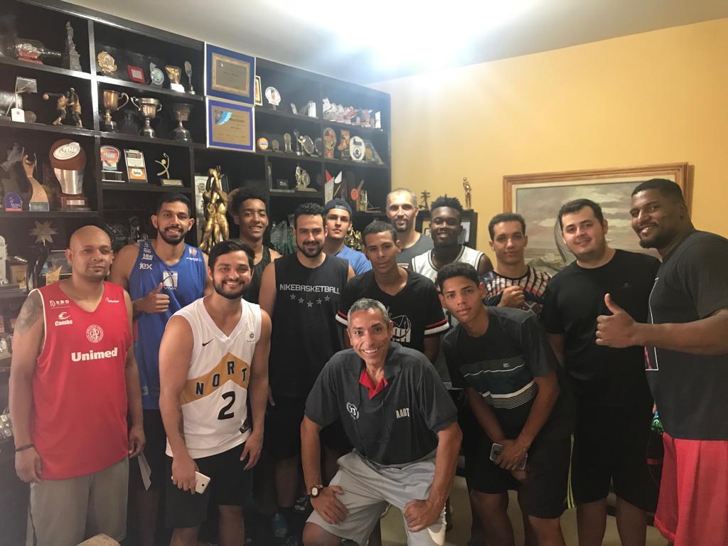 Delegação de Tatuí foi conhecer o acervo de troféus do Sr. Marino Manella / Foto: Divulgação/XI de Agosto