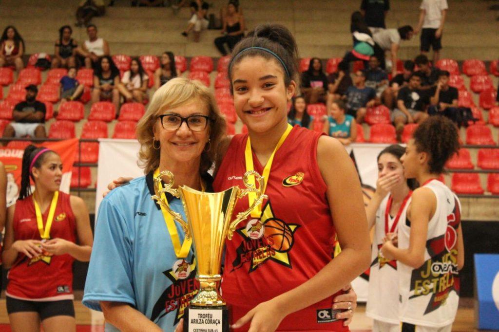 Arilza Coraça premiando a jovem Heloisa Duppre Carrera / Foto: Divulgação