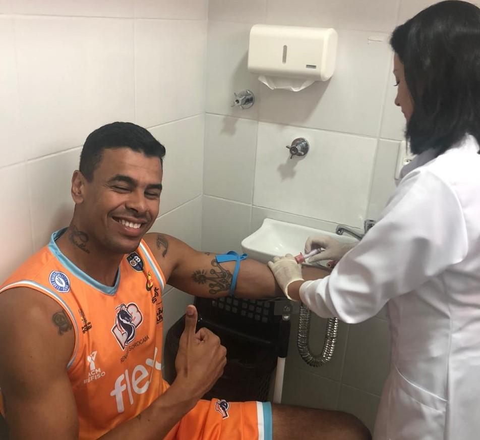 Rafael Castellón fazendo a coleta de sangue / Foto: Divulgação/LSB