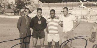 Vô Nélio, de branco, ao lado de Pelé / Foto: Arquivo Pessoal