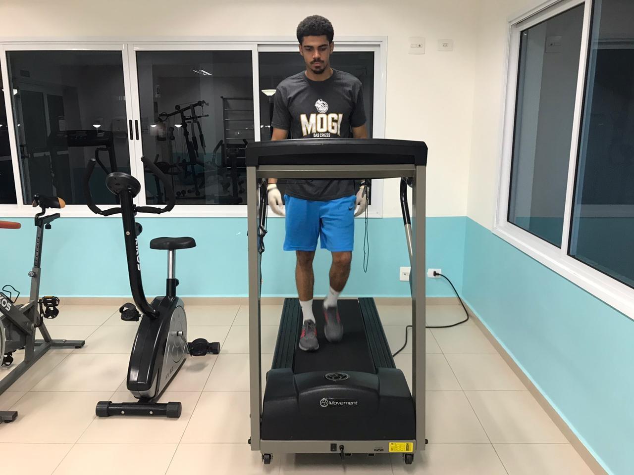 Alexey Borges treinando em seu condomínio / Foto: Maria Gabriela Junqueira/Divulgação