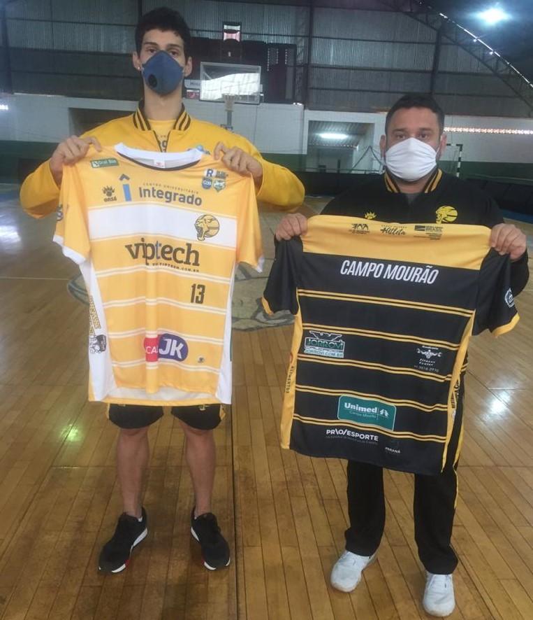 O atleta Keven Rodrigues e o técnico Emerson de Souza com os novos uniformes / Foto: Divulgação/Campo Mourão