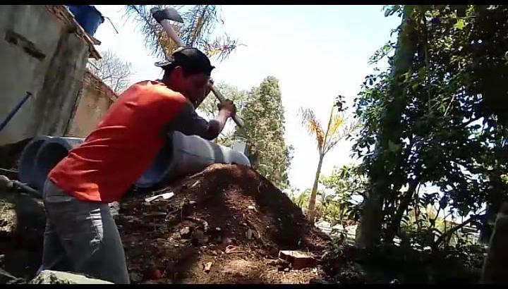 Neemias de Jesus trabalhando na construção civil / Foto: Arquivo Pessoal