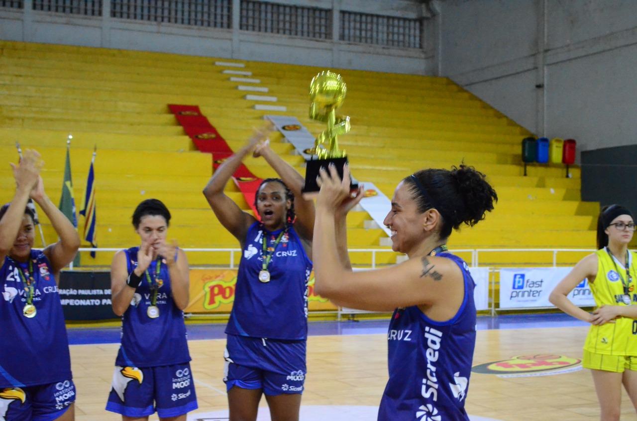 Babi Honório levanta o troféu conquistado de forma invicta / Foto: Buenas Comunicação/Divulgação